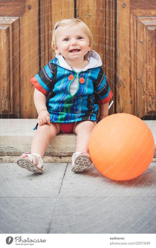 Glückliches Baby Lifestyle Kinderspiel Mensch feminin Mädchen Kindheit 1 0-12 Monate Kugel Globus Lächeln lachen sitzen Spielen lustig Gefühle Freude