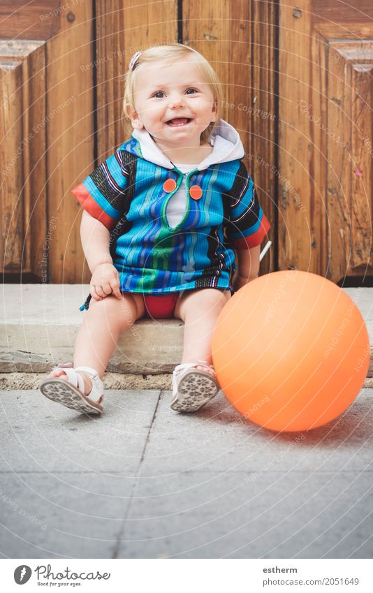 Glückliches Baby Mensch Freude Mädchen Lifestyle Gefühle lustig feminin lachen Spielen Kindheit sitzen Fröhlichkeit Lächeln Abenteuer