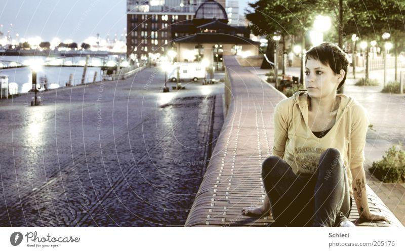 own the night I Mensch Jugendliche Wasser feminin Denken träumen warten sitzen Hamburg Junge Frau beobachten Hafen Backstein Verkehrswege Stadt Frau
