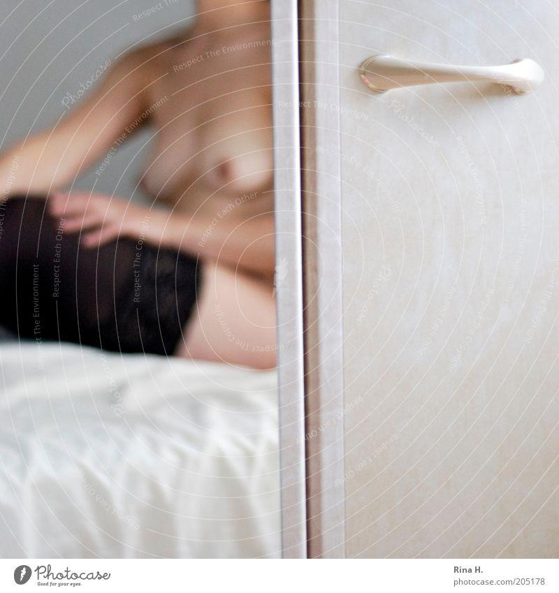 Warten auf Paul schön Körper Haut Bett Spiegel Schlafzimmer Frau Erwachsene 1 Mensch Strümpfe sitzen warten ästhetisch authentisch Erotik nackt dünn Wärme