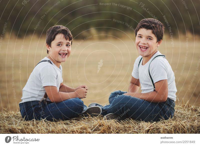 Glückliche Brüder auf dem Gebiet Mensch Kind Freude Lifestyle Liebe Gefühle Junge lachen Familie & Verwandtschaft Zusammensein Freundschaft maskulin Feld