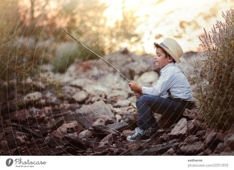 Nachdenklicher Junge auf dem Fluss Lifestyle Spielen Angeln Mensch Kind Kleinkind Kindheit 1 3-8 Jahre Natur Hut Lächeln Gefühle Freude Fröhlichkeit Liebe