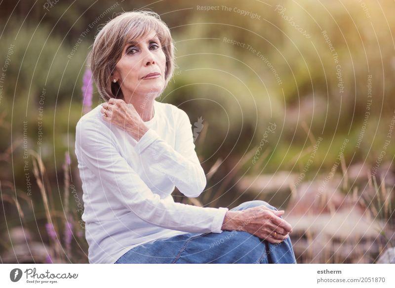 Glückliche ältere Frau, die auf dem Gras sitzt Mensch Natur alt schön Erholung Freude Erwachsene Leben Lifestyle Senior Gefühle Wiese feminin Stil Garten