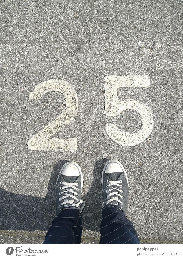 25 feet Junge Frau Jugendliche Fuß 1 Mensch 18-30 Jahre Erwachsene Straße Schuhe Turnschuh Stein Beton Ziffern & Zahlen Coolness trendy kalt blau grau silber