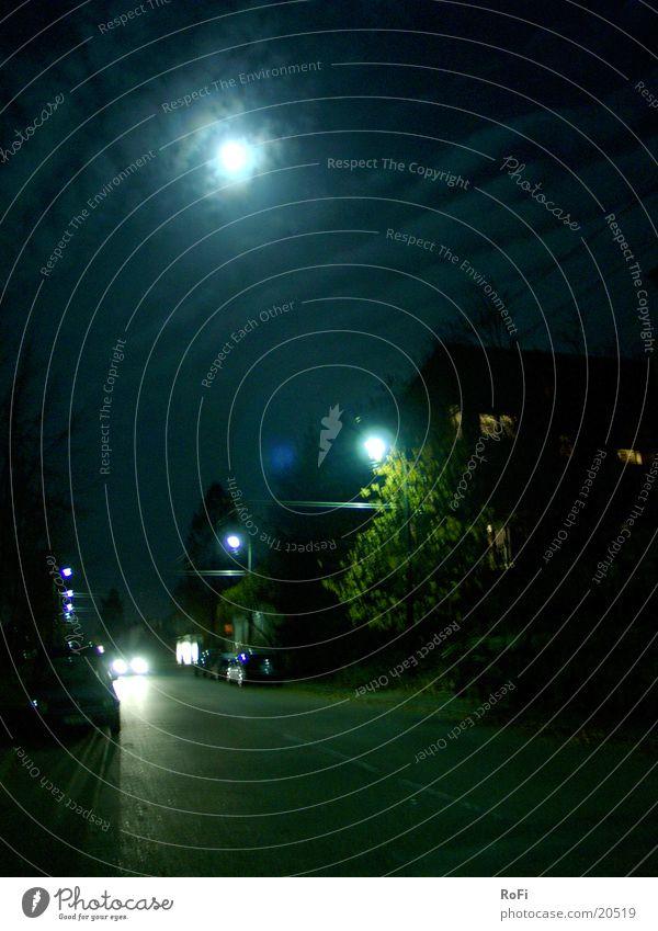 Straße bei Vollmond in Blau Straßenbeleuchtung Nacht Wolken dunkel schwarz Langzeitbelichtung Club Mond Licht PKW blau