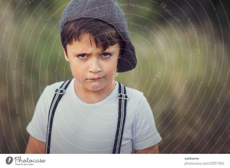 Wütender Junge Mensch Kind Einsamkeit Lifestyle Traurigkeit Gefühle Garten maskulin Park Kindheit Wut Schmerz Mütze Stress Kleinkind
