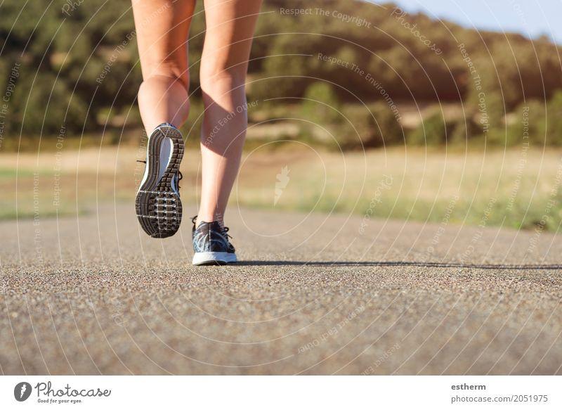 Mädchen, das auf der Straße läuft Mensch Jugendliche Junge Frau Freude Erwachsene Leben Lifestyle Beine Sport feminin Fuß Stimmung Freizeit & Hobby