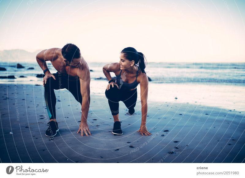 Erwachsene Eignungspaare, die zusammen Übung auf Strand tun Lifestyle Freude Körper Meer Sport Junge Frau Jugendliche Junger Mann Paar 2 Mensch 18-30 Jahre