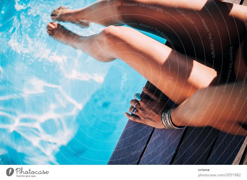 Nahaufnahme der Frau entspannend am Swimmingpool Lifestyle Freude Glück Wellness harmonisch Wohlgefühl Erholung Schwimmbad Schwimmen & Baden Freizeit & Hobby