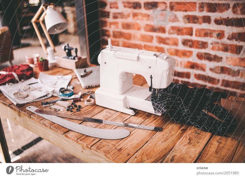 Schreibtisch des Modedesigners mit Nähmaschine und Werkzeugen Lifestyle Handarbeit Arbeit & Erwerbstätigkeit Beruf Büroarbeit Arbeitsplatz Fabrik Handwerk