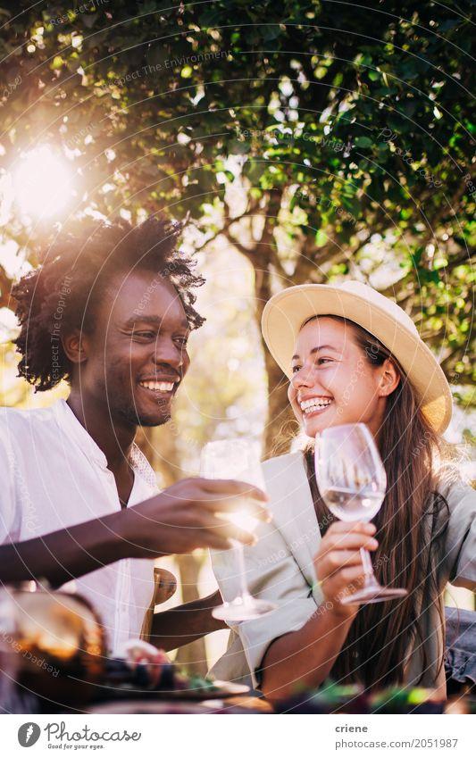 Süßes gemischtes Rassenpaar, das am Abend gemeinsam Wein genießt. Mittagessen Getränk trinken Erfrischungsgetränk Alkohol Glas Freude Sommer Restaurant ausgehen