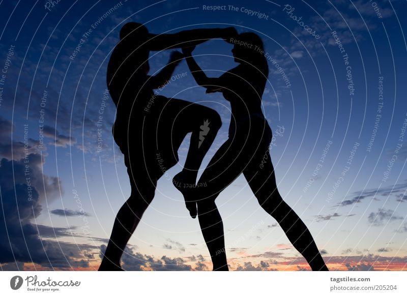 ROUND ONE - FIGHT! Frau Mann Wolken Sport Konflikt & Streit Dynamik Nacht sportlich kämpfen Abenddämmerung Abend Mensch Logo Kampfsport Defensive Angriff
