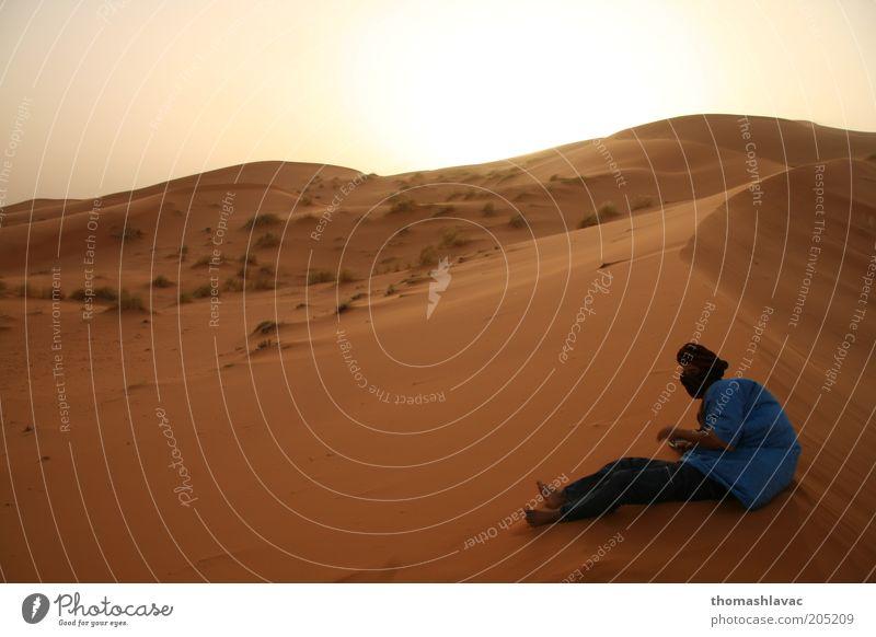 Mensch Himmel Natur Ferien & Urlaub & Reisen Umwelt Landschaft Sand Wind maskulin Wüste Düne Afrika Wolkenloser Himmel Dürre Weitwinkel Sahara