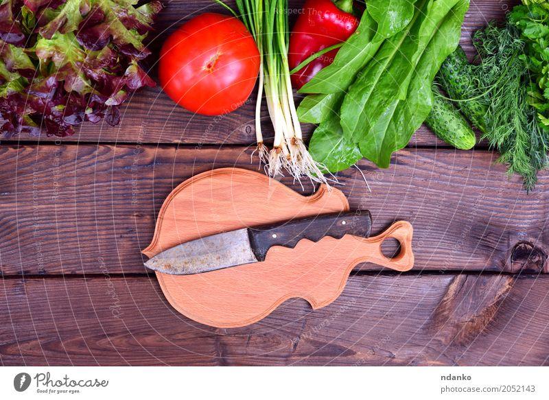 Frisches Gemüse und ein Schneidebrett Diät Messer Holz Essen frisch lecker oben grün rot Zwiebel Zutaten roh Hintergrund Leerraum altehrwürdig Salatbeilage