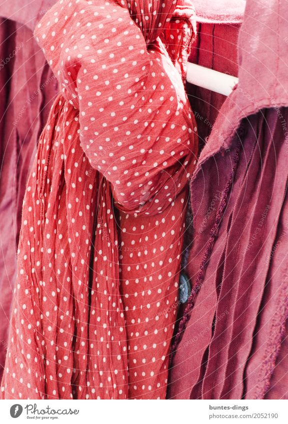 Pünktchen Mode Bekleidung T-Shirt Hemd Stoff Tuch Accessoire Schal elegant fest frech Freundlichkeit Fröhlichkeit frisch Glück schön nachhaltig niedlich rot