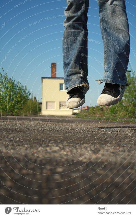 Street View grün blau Sommer Freude Haus gelb Straße springen Glück Schuhe Kraft Jeanshose Hose leicht positiv Leichtigkeit