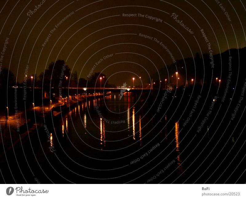 von Brücke zu Brücke Wasser schwarz Lampe dunkel Brücke Fluss Wasserspiegelung