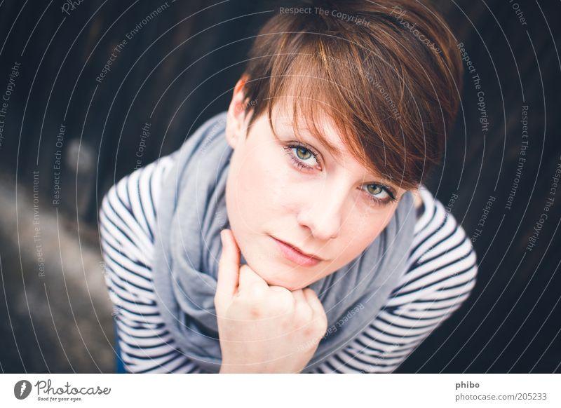 9 Junge Frau Jugendliche 18-30 Jahre Erwachsene Schal brünett Denken Blick schön feminin Gefühle Willensstärke ruhig geheimnisvoll Hoffnung Konzentration