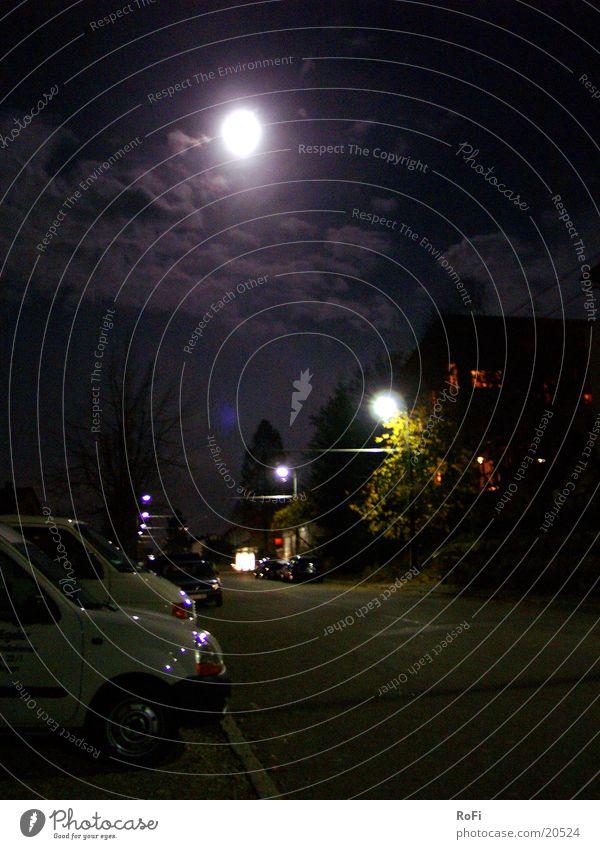 Straße bei Vollmond in Violett Straßenbeleuchtung Nacht Wolken dunkel schwarz violett Langzeitbelichtung Club Mond Licht PKW