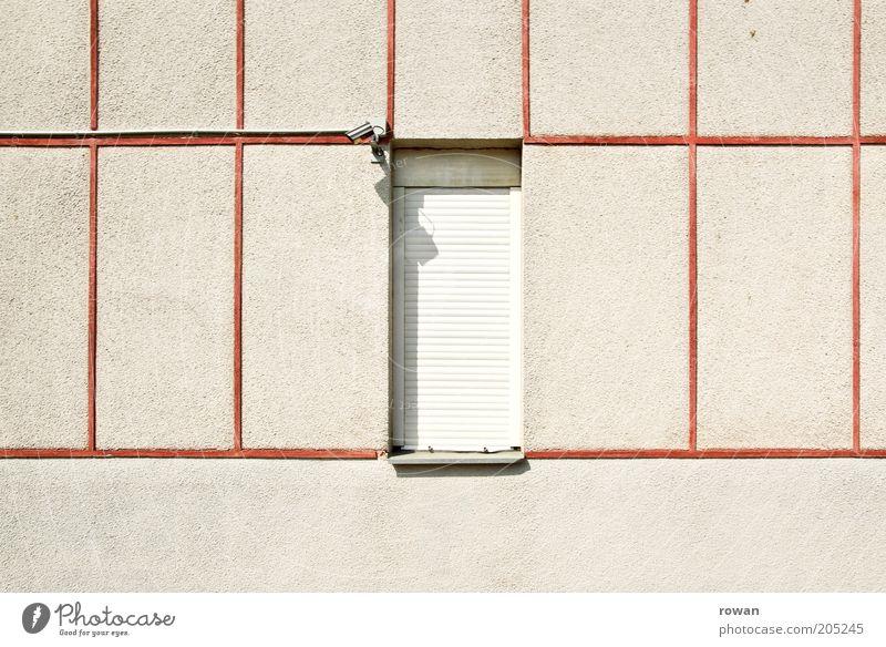 geschlossen Haus Wand Fenster Mauer Gebäude Architektur Fassade Sicherheit trist Teilung Bauwerk Textfreiraum links Videokamera gefangen Putz Raster