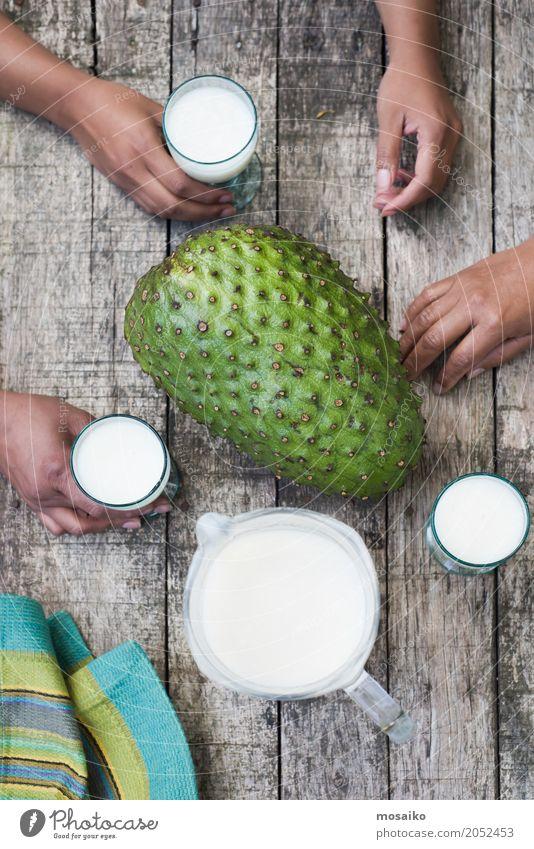 Smoothie von Guanabana - tropische Früchte - Sommerzeit Mensch Frau weiß Hand Erwachsene Lifestyle Stil Design Frucht elegant frisch Glas Tisch Getränk lecker
