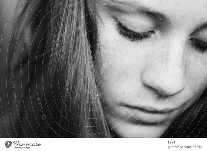 Namenlos feminin Gesicht Sommersprossen 1 Mensch Denken Blick nah ruhig nachdenklich Langeweile Schwarzweißfoto Innenaufnahme Tag Blick nach unten Wegsehen