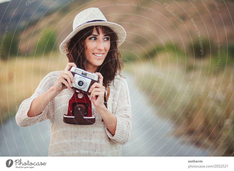 Lächelndes Mädchen mit Kamera auf dem Gebiet Mensch Frau Ferien & Urlaub & Reisen Jugendliche Junge Frau Erholung Freude Erwachsene Leben Lifestyle feminin Stil