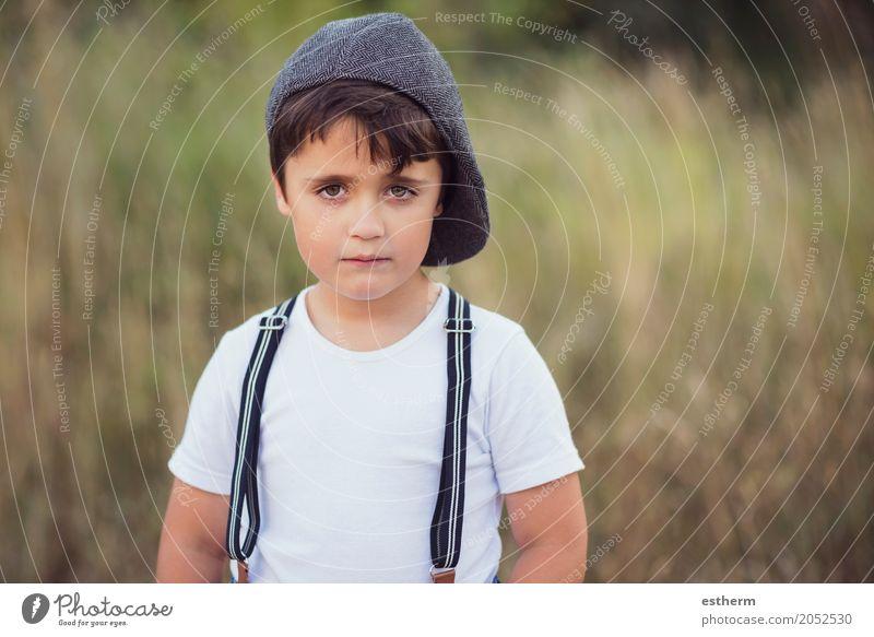 Nachdenklicher Junge Lifestyle Mensch maskulin Kind Kleinkind Kindheit 1 3-8 Jahre Natur Frühling Sommer Park Wald Mütze Freude Fröhlichkeit Neugier Hoffnung