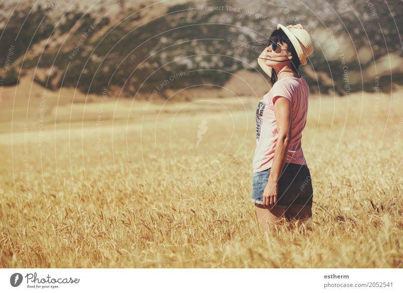 Durchdachtes Mädchen auf dem Weizengebiet Mensch Frau Natur Ferien & Urlaub & Reisen Jugendliche Junge Frau Sommer Erholung ruhig Freude Erwachsene Leben