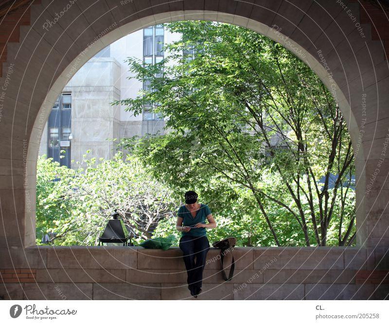 frau im bogen Ferien & Urlaub & Reisen Ausflug Sommer Junge Frau Jugendliche Erwachsene 18-30 Jahre Stadt Park Platz Gebäude Architektur Mauer Wand Fenster