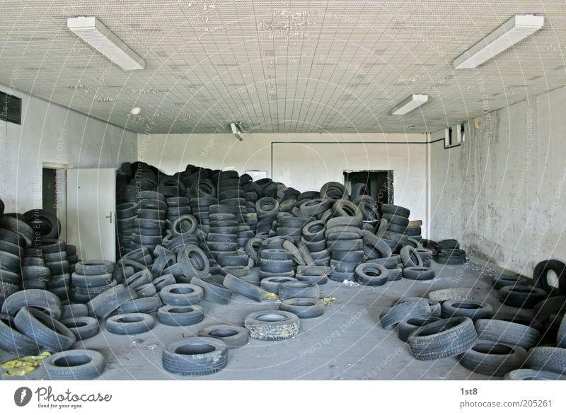 messiverhalten Umwelt nachhaltig verschwenden Müll Reifen Autoreifen Müllhalde Zukunft Sammlung unordentlich chaotisch Farbfoto Innenaufnahme Textfreiraum oben
