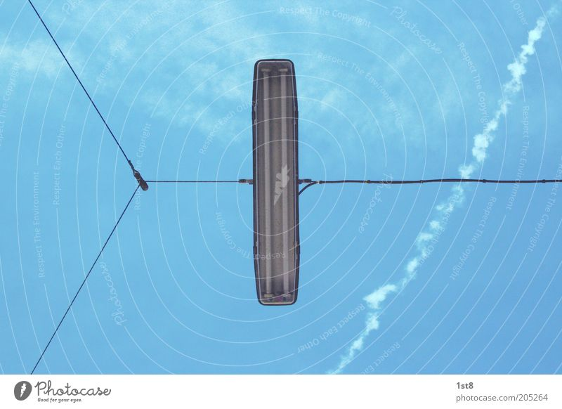 linear light Himmel Wolken Verkehr außergewöhnlich Laterne Verkehrswege Straßenbeleuchtung Symmetrie Blauer Himmel Textfreiraum hängend Kondensstreifen gespannt