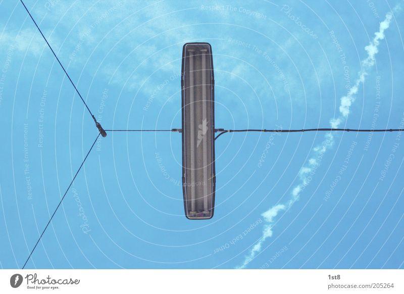 linear light Himmel Wolken Verkehr außergewöhnlich Laterne Verkehrswege Straßenbeleuchtung Symmetrie Blauer Himmel Textfreiraum hängend Kondensstreifen gespannt Drahtseil Leuchtstoffröhre