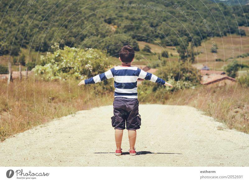 Spielen des kleinen Jungen im Freien. kleiner Junge mit Händen Mensch Kind Natur Ferien & Urlaub & Reisen Sommer Landschaft Freude Wald Lifestyle Frühling