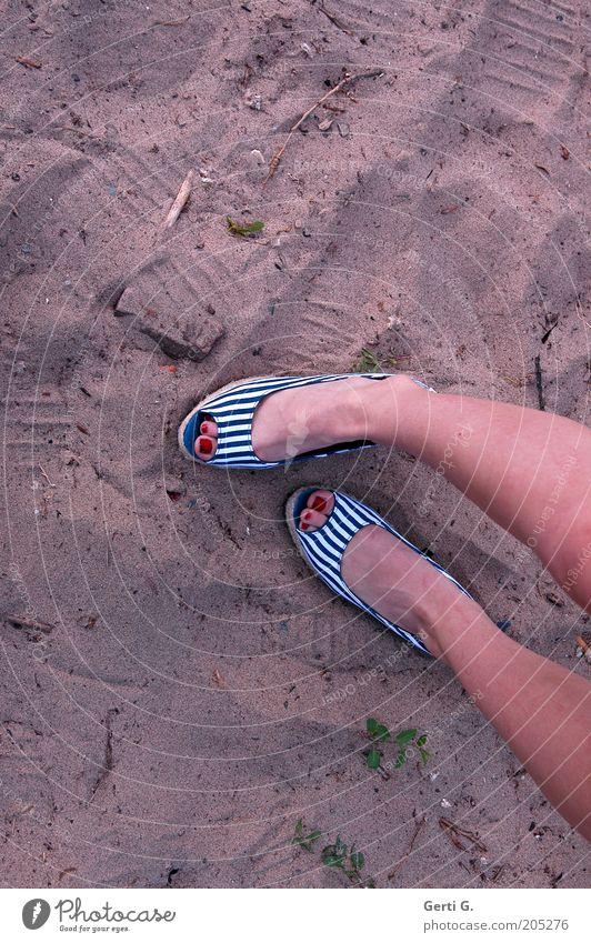 crosswise Jugendliche Sand Beine Fuß Schuhe paarweise Körperhaltung dünn Neigung gestreift Kosmetik zierlich Wade Nagellack Frauenbein Dinge