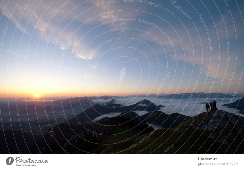 Wir schauen Sonnenaufgang. Mensch blau schön Sonne Sommer Ferne gelb Erholung Landschaft Berge u. Gebirge Gefühle Glück Menschengruppe hell Zufriedenheit Kraft