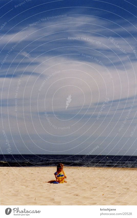 Kind am Strand Wasser Sonne Meer Sommer Blauer Himmel