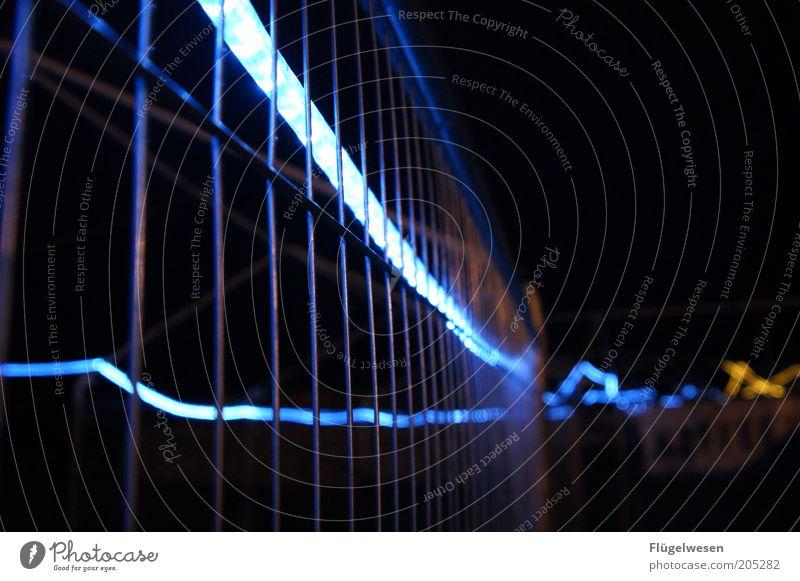 Nach dem Fanfest ist vor dem Fanfest leuchten Lichterkette Nacht Zaun Begrenzung aussperren einsperren Bauzaun Leuchtkörper Lichtschlauch Leuchtstab Drahtzaun Absperrgitter