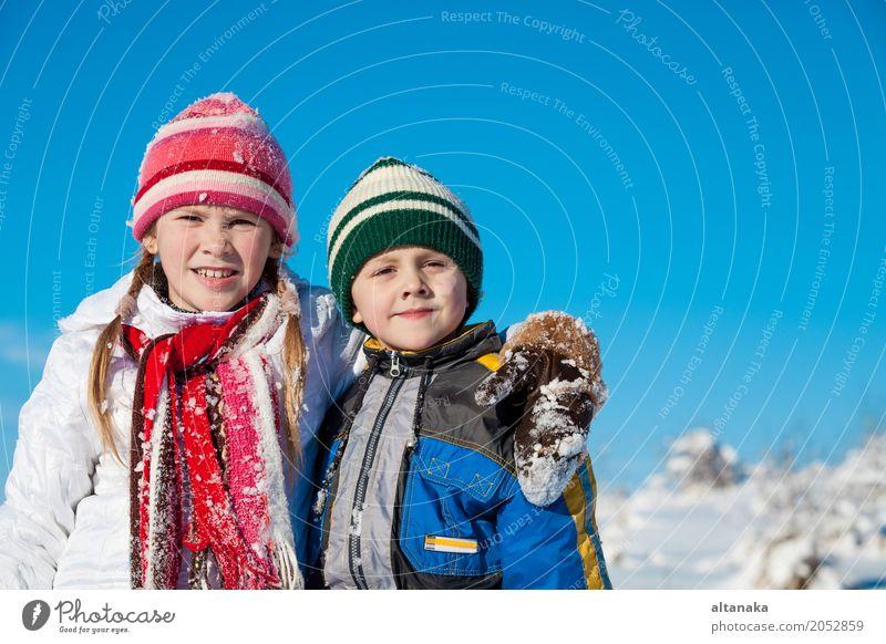 Nette kleine Kinder, die im Schnee an einem Wintertag spielen Mensch Natur Ferien & Urlaub & Reisen Weihnachten & Advent schön weiß Freude Gesicht Lifestyle