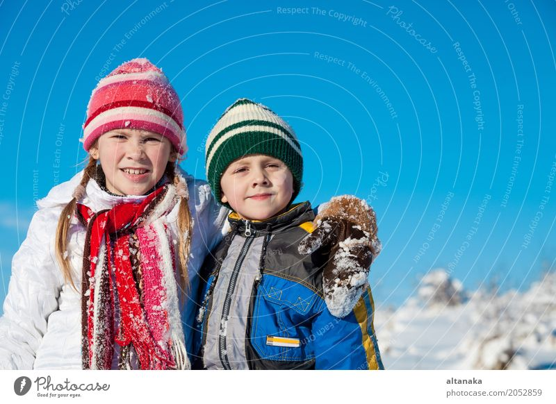 Süße kleine Kinder, die an einem Wintertag im Schnee spielen. Menschen, die im Freien Spaß haben. Konzept eines frohen neuen Jahres. Lifestyle Freude Glück