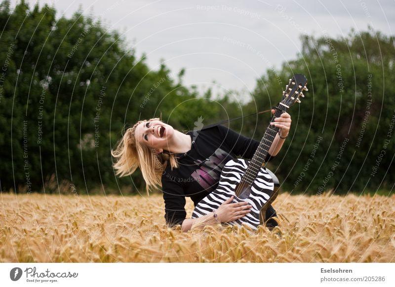 Spaß Lifestyle Freude Gitarre spielen Mensch Junge Frau Jugendliche Erwachsene 1 18-30 Jahre Jugendkultur Musiker Umwelt Sommer Nutzpflanze Feld blond Bewegung
