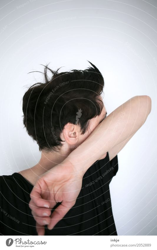 Frau mit kurzen Haaren verbirgt ihr Gesicht hinterm Arm Mensch schwarz Erwachsene Leben Lifestyle Traurigkeit Gefühle Stil Haare & Frisuren Kopf