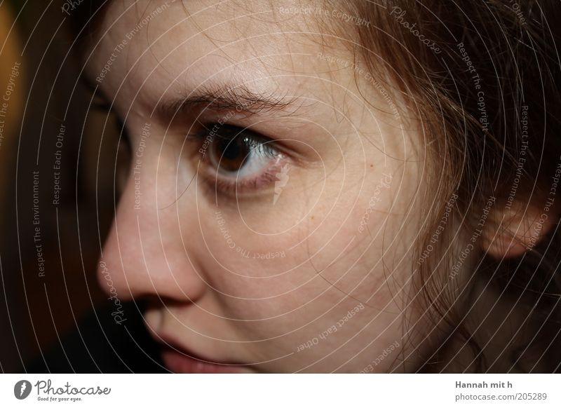 vergangene Zeiten feminin Jugendliche Haut Gesicht 1 Mensch gereizt Identität Farbfoto Innenaufnahme Blitzlichtaufnahme Porträt Anschnitt Augenfarbe braun