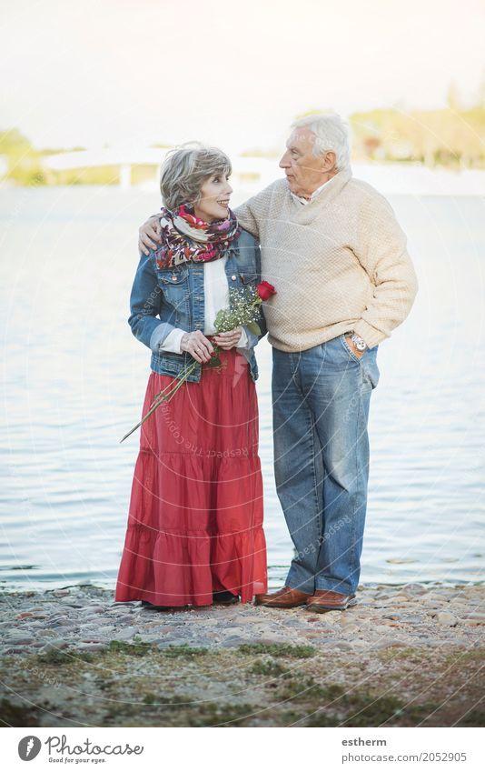 Portrait der romantischen älteren Paare Mensch Frau Mann Lifestyle sprechen Liebe Senior feminin lachen Familie & Verwandtschaft Glück Feste & Feiern See