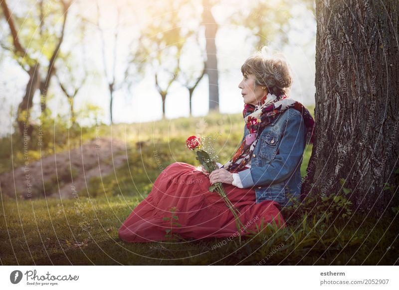 nachdenkliche senior Frau sitzt auf dem Rasen Lifestyle Wellness Leben Feste & Feiern Valentinstag feminin Erwachsene Weiblicher Senior Großmutter