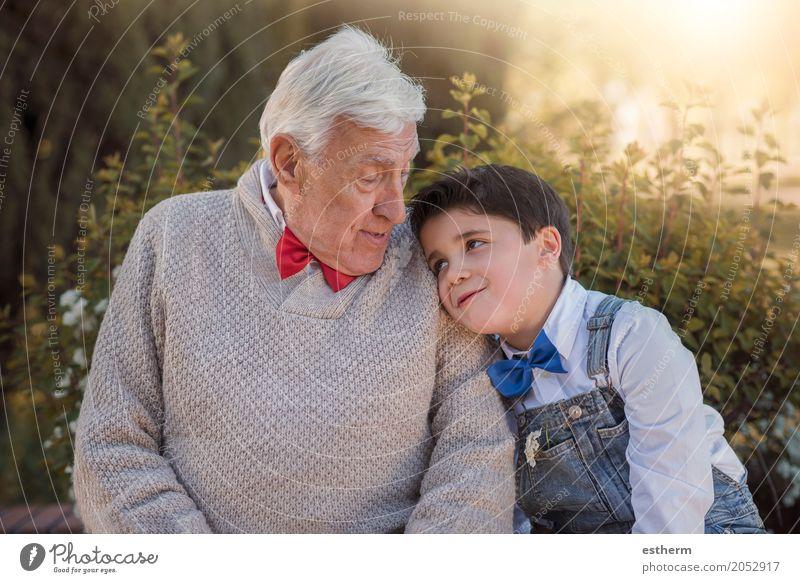 Großeltern mit Enkelkind lächelnd im Freien Lifestyle Mensch maskulin Kind Kleinkind Junge Senior Großvater Familie & Verwandtschaft Kindheit 2 3-8 Jahre