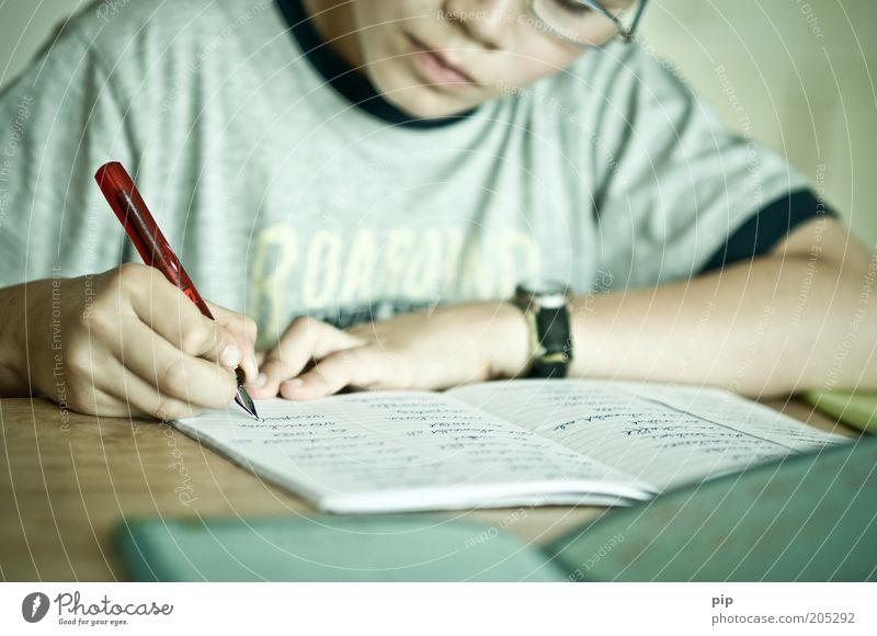 piesa schtudie Kindererziehung Bildung Schule lernen Schulkind Schüler Hausaufgabe Armbanduhr Brille Denken Blick schreiben klug Konzentration üben