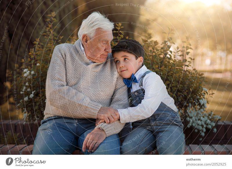 Porträt von Großvater und Enkel bei der Umarmung Lifestyle Mensch maskulin Kind Junge Großeltern Senior Familie & Verwandtschaft Kindheit 2 3-8 Jahre
