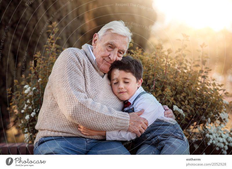 Porträt von Großvater und Enkel bei der Umarmung Lifestyle Mensch maskulin Kind Kleinkind Junge Großeltern Senior Familie & Verwandtschaft Freundschaft Kindheit