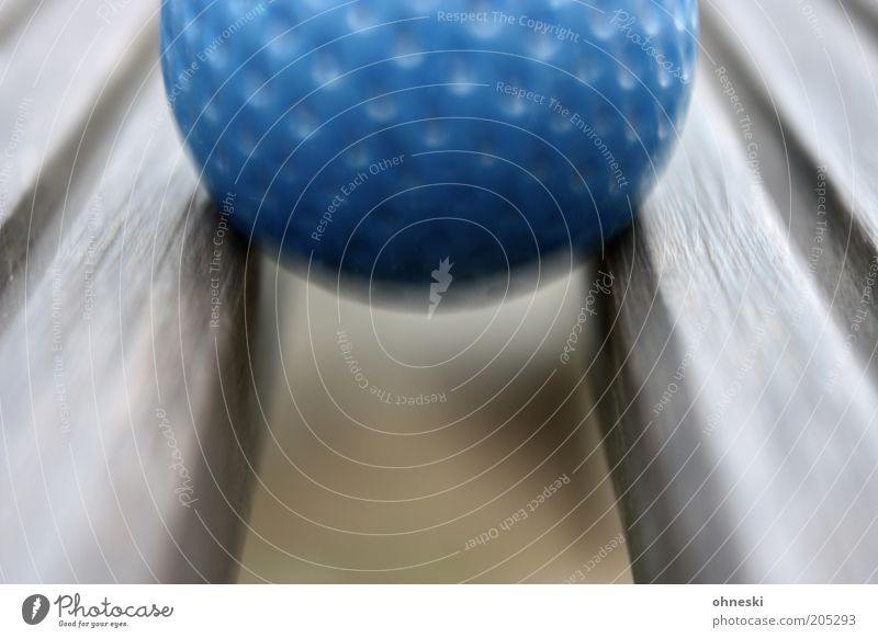 Minigolf blau Bewegung Ball Freizeit & Hobby Golf Sport Detailaufnahme Golfball